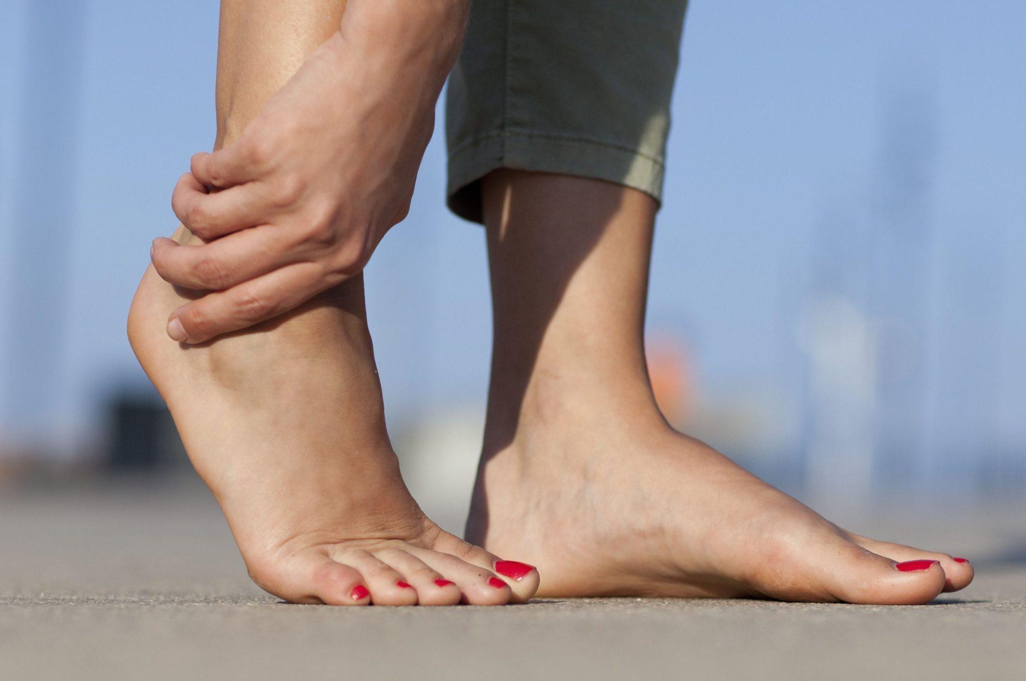 Algumas sessões leves de alongamentos durante e depois dos exercícios, além de aplicações de gelo para o resfriamento do local, podem ser suficientes para evitar a mialgia.