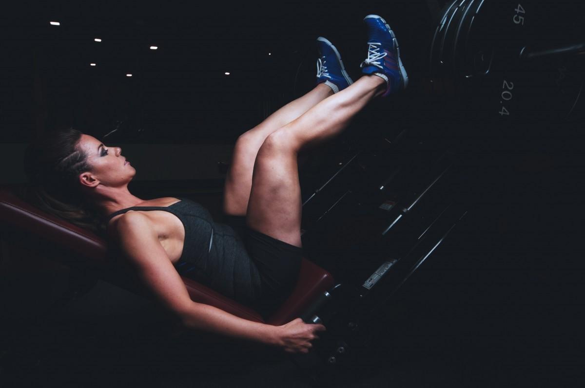 Evitar os excessos durante a prática de agachamentos ou quando utilizar as cadeiras extensoras é uma boa dica para evitar esse tipo de lesão.