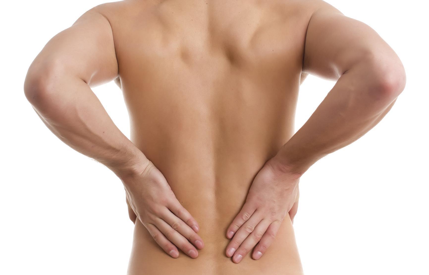 """Popularmente conhecida como """"dor nas costas"""", a lombalgia é uma das lesões mais comuns em academias."""