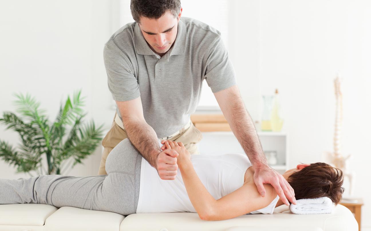 A quiropraxia é uma das terapias alternativas mais indicadas para aliviar as dores nos ossos e músculos.